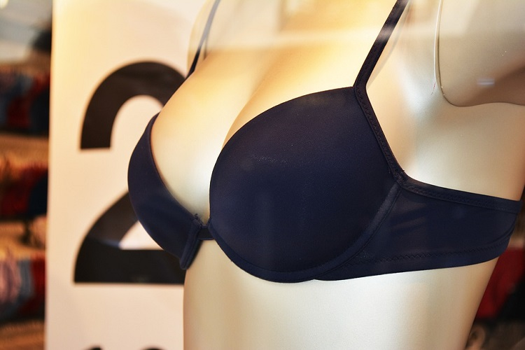 breast reduction surgery, how it is made and how long it takes to recover