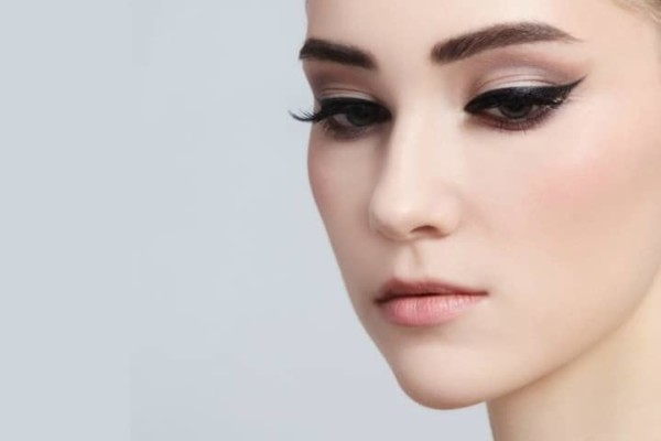 Woman wearing a cat eye makeup
