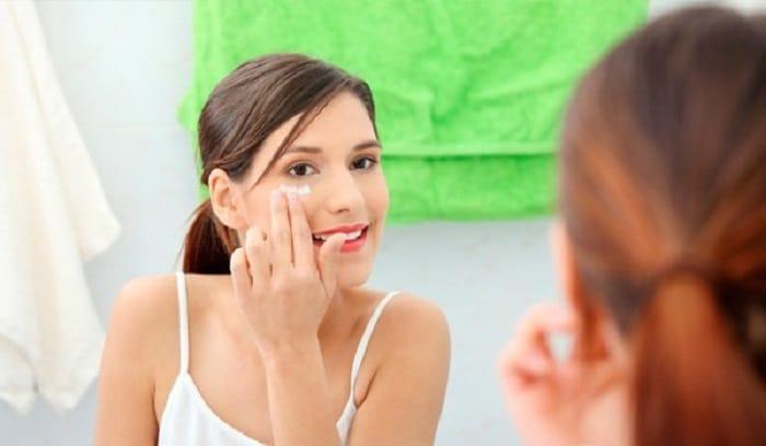 Woman aplying moisturizer