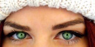 Girl wearing a cat eye look
