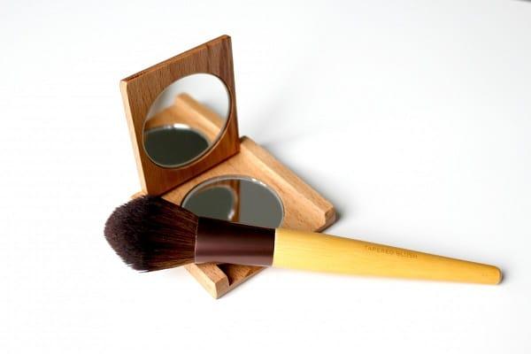 makup brush and mirror