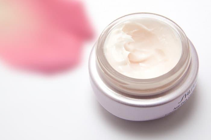 facial cream in a recipient